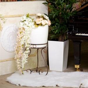 Металлическая подставка для цветка