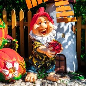 Садовая фигурка гном с клубничкой